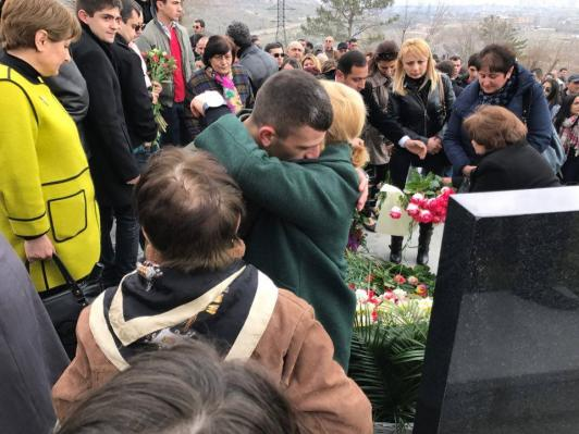 Հարգանքի տուրք՝ Ապրիլյան պատերազմի հերոսներին. Եռաբլուրում ոգեկոչում են նրանց հիշատակը (լուսանկարներ)