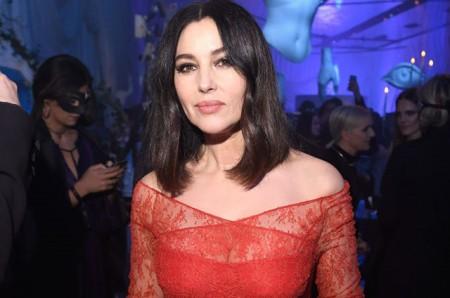 Ալ կարմիր շորով և թափանցիկ դեկոլտեով. Մոնիկա Բելուչին Փարիզում՝ երեկոյի ժամանակ (լուսանկարներ)
