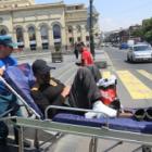 Քաղաքացին մեխել էր ոտքերը նստարանին և հանդիպում էր պահանջում Փաշինյանի հետ (լուսանկարներ)