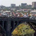 Եռագույնով հարյուրավոր քաղաքացիներ շարժվեցին Եռաբլուր՝ Միայնակ գայլին հողին հանձնելու