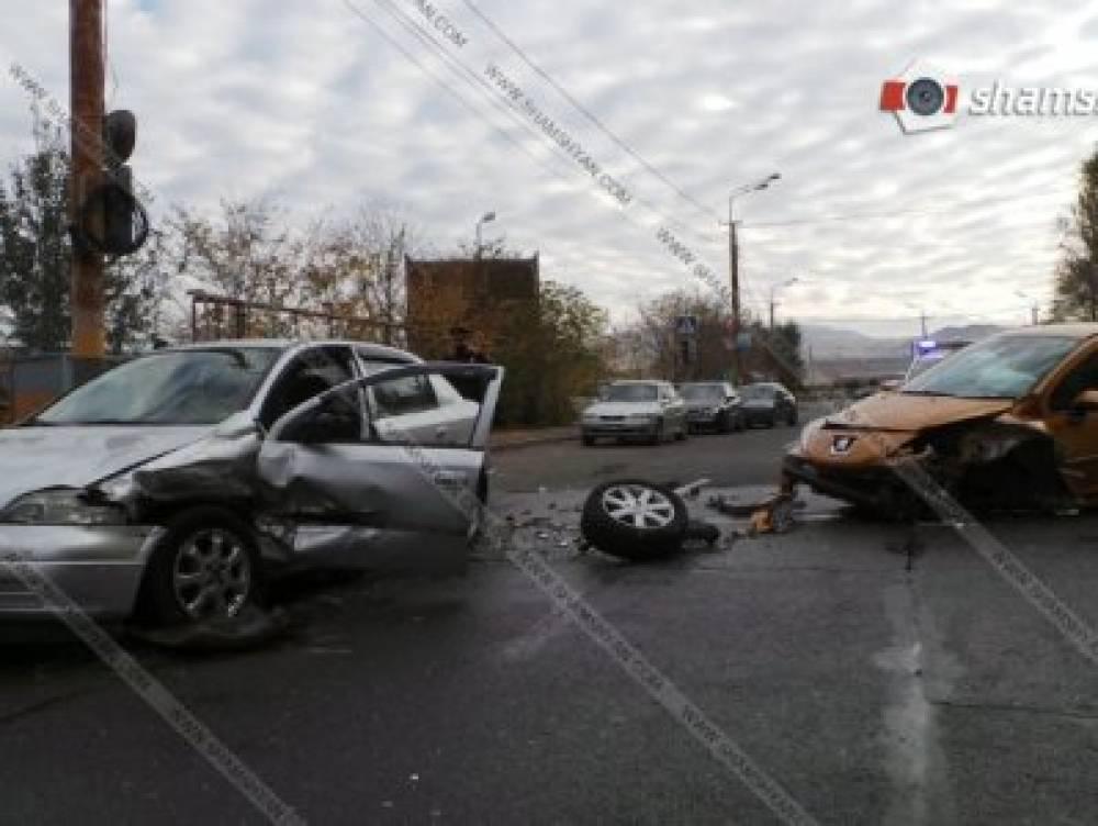 Խոշոր վթար Երևանում. բախվել են ՊՆ ծառայողի Peugeot-ն ու Opel-ը