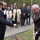 Բաբաջանյանի երաժշտության ներքո ԱԺ այգում բացվեց հայ-ռուսական բարեկամության ծառուղի (ֆոտո)