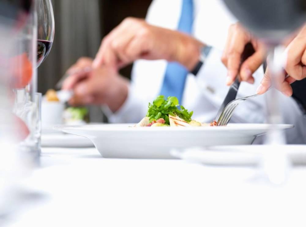 Ինչպես պետք է նստել սեղանի շուրջ. էթիկայի կարևոր կանոններ