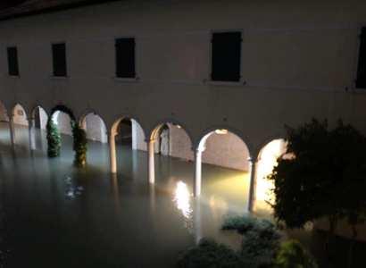 Սուրբ Ղազար կղզին մասամբ հայտնվել է ջրի տակ (ֆոտո)