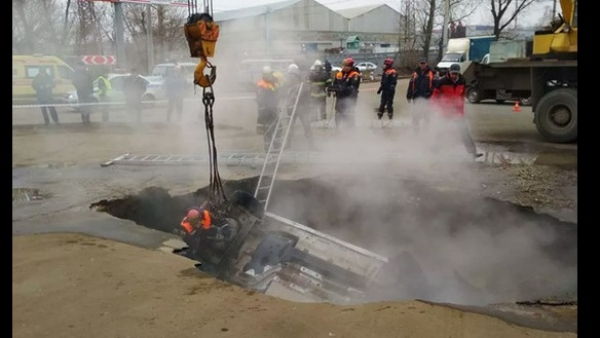 Պենզայում ասֆալտը փլուզվել է, մեքենայի ուղևորները ընկել են եռացող ջրով փոսը. կան զոհեր.տեսանյութ