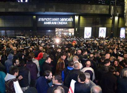 Թբիլիսիում եւ Բաթումիում «Իսկ հետո մենք պարեցինք» ֆիլմի ցուցադրության դեմ բողոքի ցույցերում ոստիկանները ձերբակալել են 27 մարդու
