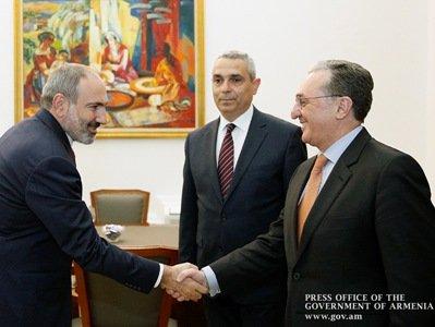 Փաշինյանն ընդունել է Հայաստանի և Արցախի արտաքին քաղաքական գերատեսչությունների ղեկավարներ՝ Զոհրաբ Մնացականյանին և Մասիս Մայիլյանին